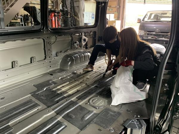 【ハイエース カスタム】CRS大阪店の最近の工場作業風景♪すごくオシャレなフローリング施工しました!